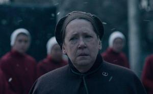 Fotograma de El cuento de la criada en el que aparece Ann Dowd caracterizada como Tía Lydia