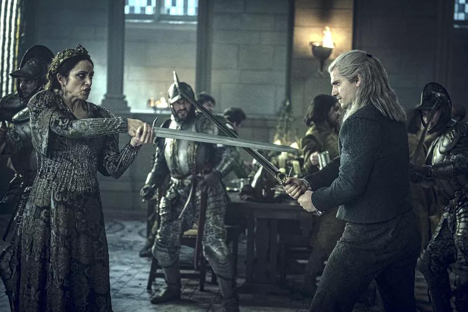 Escena de la serie en la que aparecen Jodhi May (Calanthe) y Henry Cavill (Geralt) enfrentados