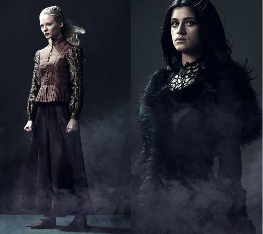 Composición con fotografías de Freya Allan y Anya Chalotra, caracterizadas como sus respectivos personajes