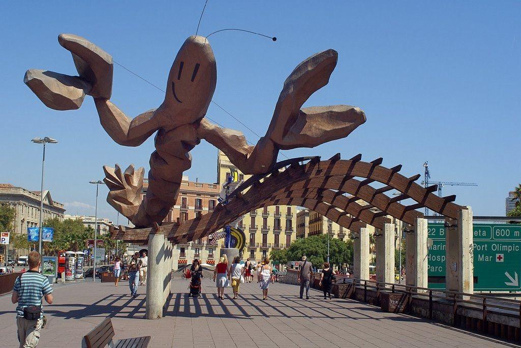 Paseo marítimo de Barcelona, con una gamba gigante